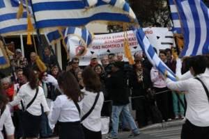 η παρελαση των ελληνων μπροστα στην ιστορια