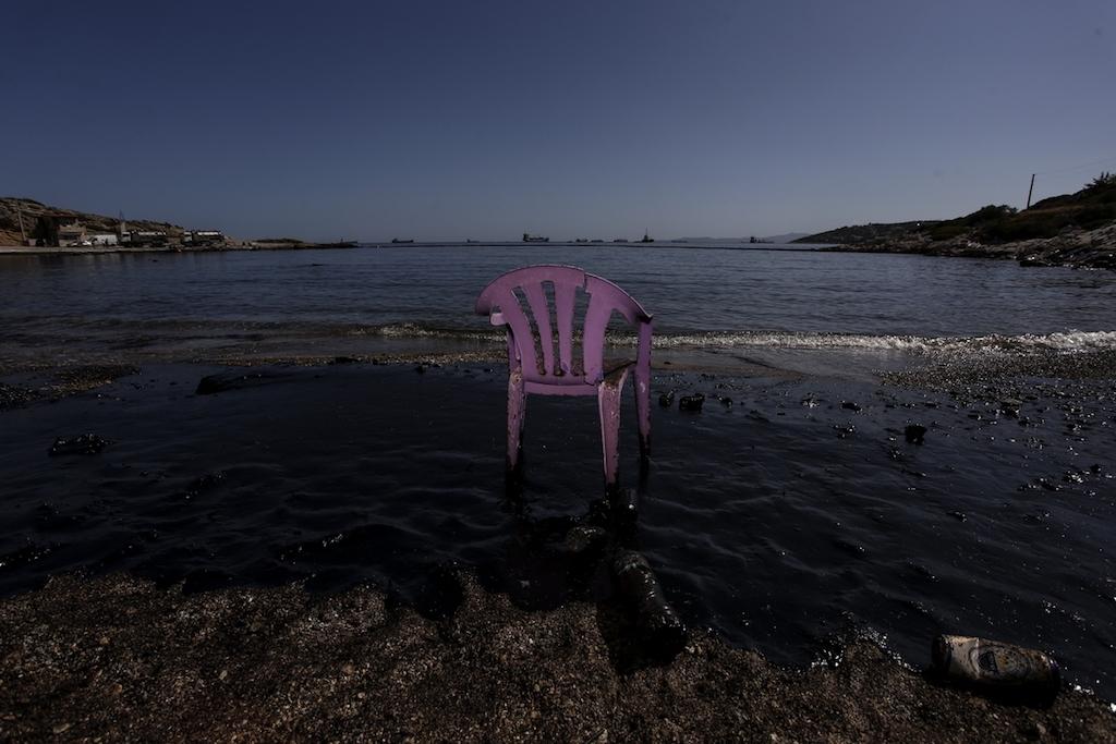 ναυάγιο αργοσαρωνικός new deal Ρύπανση απο πετρελαιοειδή σε ακτή Σελίνια της Σαλαμίνας μετά τη βύθιση του δεξαμενόπλοιου Αγία Ζώνη 2 στις 12 Σεπτεμβρίου, 2017.