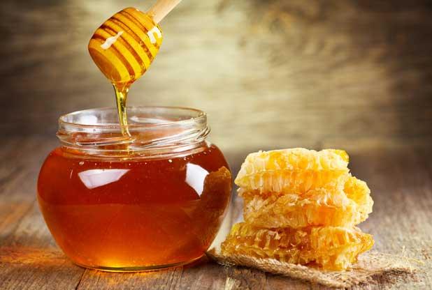 Η Μελίνα Κριτσωτάκη μας παρουσιάζει το μέλι, ένα φυσικό γλυκαντικό. Μάλιστα, το ελληνικό μέλι είναι λιγότερο επεξεργασμένο, πιο αρωματικό και πιο πυκνό από τα υπόλοιπα της Ε.Ε. new deal