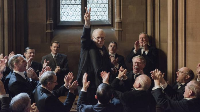 Την ...πιο σκοτεινή ώρα που ο Χίτλερ είχε καθηλώσει την Ευρώπη, ο Ουίνστον Τσώρτσιλ πιέζεται από τον αρχιτέκτονα του κατευνασμού Λόρδο Χάλιφαξ να συνθηκολογήσει. Ο Βασιλιάς Γεώργιος ο VI προτρέπει τον Βρετανό πρωθυπουργό να ακούσει την φωνή του λαού. Κι εκείνος υπόσχεται αίμα δάκρυα και ιδρώτα. new deal Θανάσης Κ.