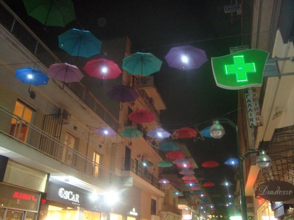 Έκλεισα την τηλεόραση και βγήκα στην Απόλλωνος*. Οι πολύχρωμες διακοσμητικές ομπρέλες του δρόμου, λικνίζονταν στο βραδινό βοριαδάκι, λες και με χαιρετούσαν. Τελικά ο εθνικός διχασμός, είναι πιο βαθύς, σκέφτηκα. Ποια Μακεδονία, και αυτή Ελληνική! Εδώ βγαίνουν περισπούδαστοι στην ιστορία, όπως και ο δήμαρχος της Θεσσαλονίκης και δηλώνουν δημόσια ότι η Μακεδονία ιστορικά και γεωγραφικά, είναι τριχοτομημένη μεταξύ Ελλάδας, Βουλγαρίας και Σκοπίων.