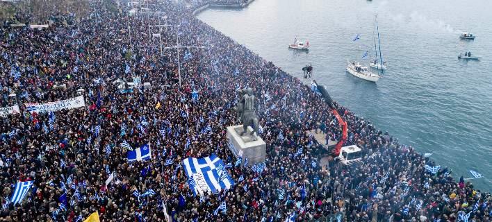 """Στο Σκοπιανό ο Αλέξης Τσίπρας είδε την """"ευκαιρία"""". Να κλείσει το θέμα, όχι να το λύσει. Να εμφανιστεί ως εθνικός ηγέτης! Δεν του βγήκε. Ο κόσμος αυτόκλητα βγήκε στους δρόμους. Η παρουσία και η φωνή του λαού, τρομοκράτησε τους κυβερνώντες που άρχισαν να καλλιεργούν τον εθνικό διχασμό. new deal Μάξιμος Σενετάκης"""