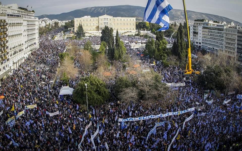 Λάθεψαν όλοι αυτοί οι πονηροί απάτριδες όταν πίστεψαν ότι οι Έλληνες δεν θα αντιδρούσαν στην ιστορική τους κλοπή. Απειλήθηκε η εθνική ταυτότητα τους. Και ξύπνησε το ταυτοτικό αντανακλαστικό τους. Θα έπρεπε να μελετήσουν, οι έχοντες μόνο το χρήμα ως