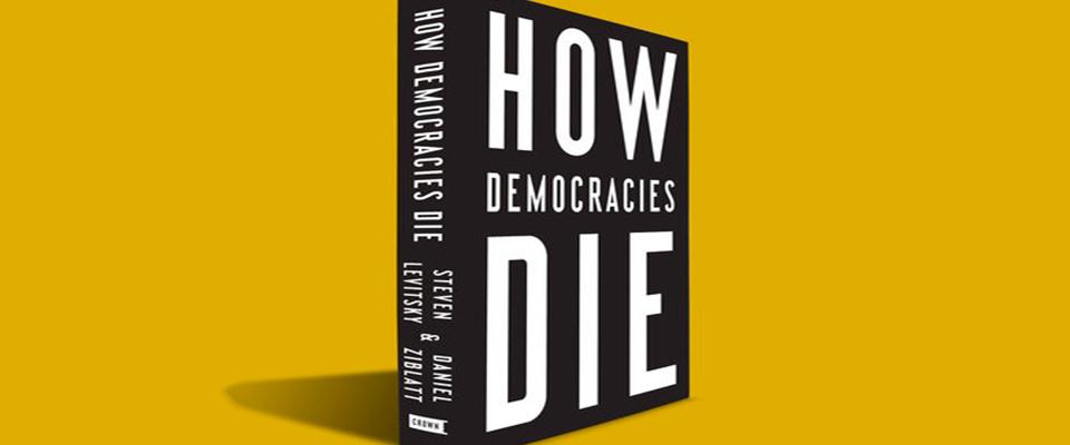 """Το βιβλίο """"Πως πεθαίνουν οι δημοκρατίες"""" έγινε μπεστ σέλερ στις ΗΠΑ, λόγω Τραμπ. Περιγράφει τους κινδύνους που εγκυμονούν και τις ενδείξεις ότι σε μια δημοκρατία επέρχεται ο ολοκληρωτισμός. Με βάση το βιβλίο προκύπτουν τέσσερα προειδοποιητικά κριτήρια για την ελληνική δημοκρατία. new deal Νικόλαος Λιναρδάτος"""