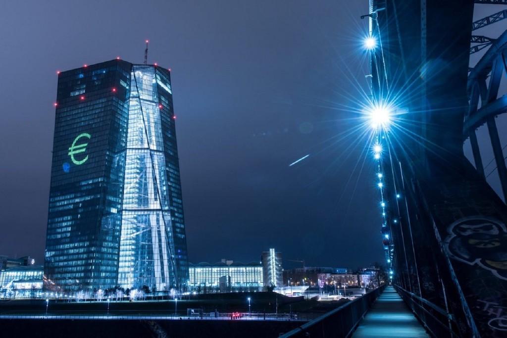 Στα τέλη του 2010 τόσο στο Bloomberg όσο και στο Reuters κυκλοφορούσε μια ριζοσπαστική πρόταση περί υποτίμησης του ευρώ μέσω έκδοσης νέου χρήματος που θα κατανέμονταν ανάλογα με το ΑΕΠ κάθε χώρας. Ας δούμε όμως γιατί τελικά δεν εκδόθηκε νέο χρήμα στην Ευρωζώνη. new deal Ηλίας Καραβόλιας