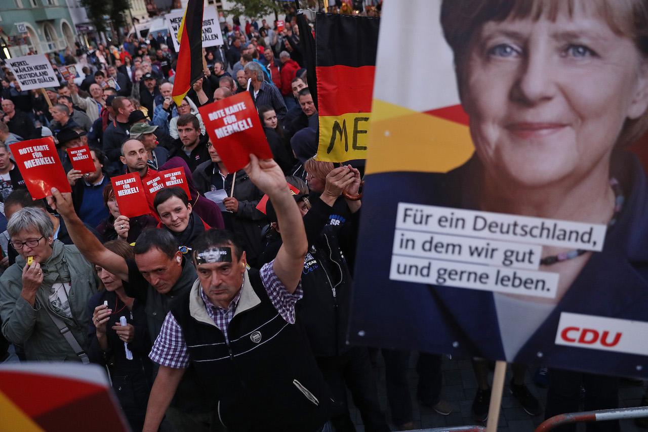 Ο Δημοσθένης Δαββέτας υποστηρίζει ότι η επανακκίνηση ή αποδόμηση της Ευρώπης παίζεται στο αν το γερμανικό μοντέλο συνεχίσει να επικρατεί στο ευρώ. Και στο αν και πως η Μέρκελ θα διαχειριστεί το μεταναστευτικό. new deal