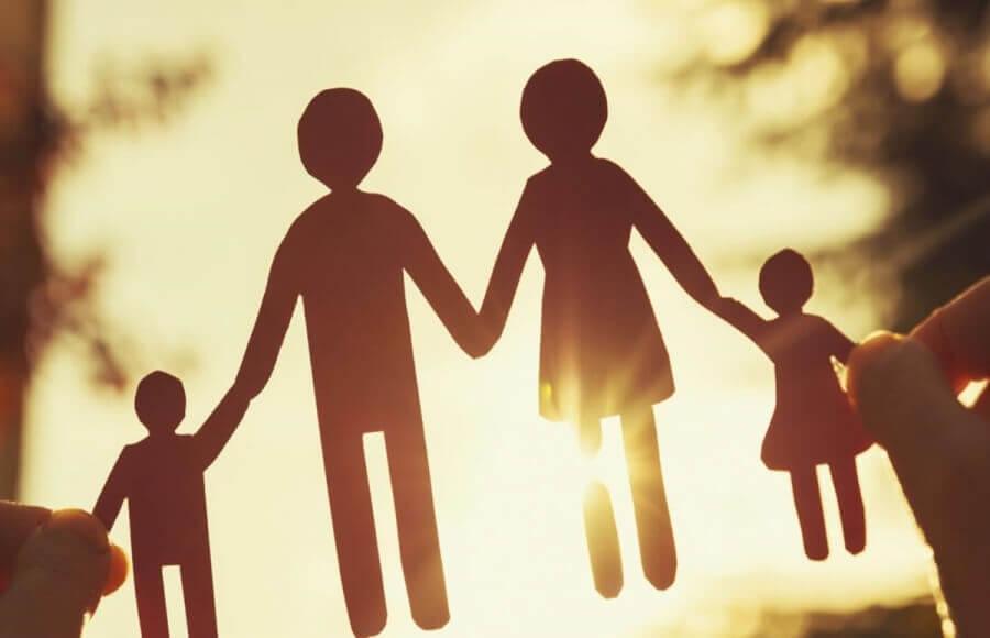Η Αναστασία Μήλιου εντοπίζει και αναδεικνύει την αλλαγή της παγιωμένης αντίληψης των δικαστηρίων να αναγνωρίζουν σχεδόν αποκλειστικά στις μητέρες το δικαίωμα στην επιμέλεια των τέκνων. Πλέον, ο πατέρας δεν θα παραμένει θεατής στην ανατροφή των παιδιών του. new deal