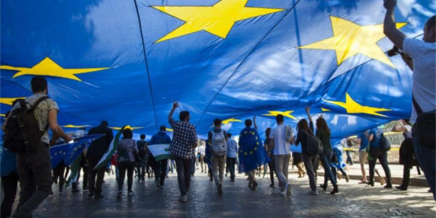 Ο Ηλίας Καραβόλιας μιλάει για την Ευρωζώνη και την σαθρή αρχιτεκτονική της. Μιας αρχιτεκτονικής που εμπόδισε τη σύγκλιση στην πραγματική οικονομία. Που πέτυχε να ευημερούν μόνον οι αριθμοί και που χρειάζεται να εφαρμόσει ετερόδοξα οικονομικά. new deal