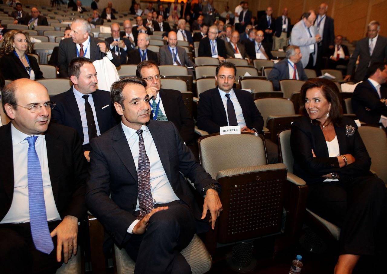 """Ο Μάξιμος Σενετάκης ήταν παρών στη Γενική Συνέλευση του ΣΕΒ και ακούγοντας τον Κυριάκο Μητσοτάκη να καταγγέλει την """"κρατικοδίαιτη"""" επιχειρηματική ελίτ, που εκμεταλλεύονταν πελατειακές σχέσεις με την εκάστοτε εξουσία, εντόπισε μια μεταστροφή του προέδρου της ΝΔ σε ...κόκκινο Κυριάκο. new deal"""