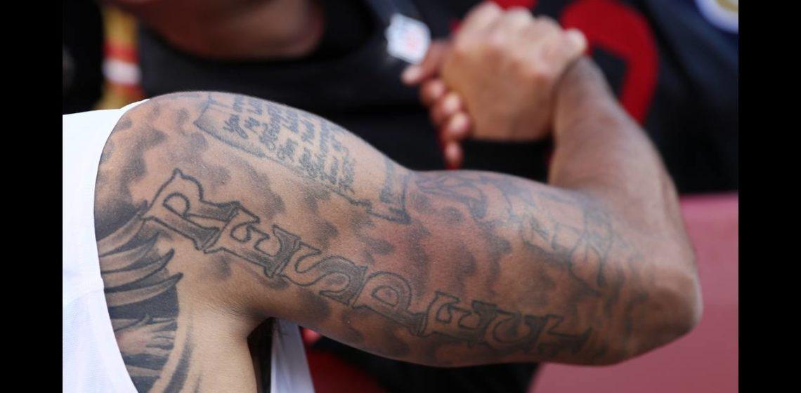 Ο Νίκος Κατσαρός σημειώνει ότι οι κίνδυνοι από την τέχνη του τατουάζ είναι πολλοί και ως επί το πλείστον άγνωστοι. Κανένας δεν ενδιαφέρεται πριν κάνει τατουάζ, να μάθει τι επιπτώσεις μπορεί να έχει για την υγεία του. new deal