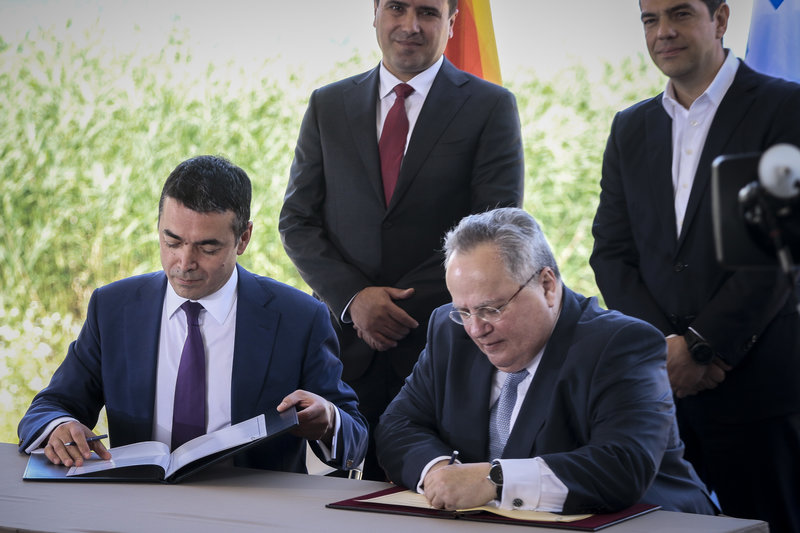 Ο Γιώργος Παπασίμος μεταφέρει τις σοβαρές ανησυχίες για την προστασία των εθνικών συμφερόντων, λόγω της συμφωνίας Τσίπρα - Ζάεφ στις Πρέσπες την περασμένη Κυριακή, παρά την επικοινωνιακή προσπάθεια της κυβέρνησης να την εμφανίσει με διθυραμβικό τρόπο. new deal