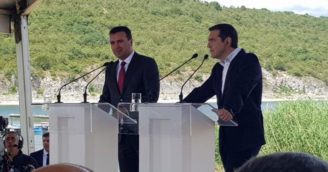 Ο Γιώργος Παπασίμος σημειώνει ότι η συμφωνία Πρεσπών με την οποία η Ελλάδα αναγνωρίζει μακεδονική εθνότητα και μακεδονική γλώσσα, σύνθετη ονομασία και ασαφείς ρυθμίσεις για τα εμπορικά σήματα, αποτελεί μια εθνική πληγή που ανά πάσα στιγμή στο μέλλον μπορεί να αιμορραγήσει. new deal