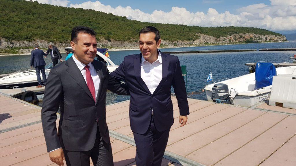Ο Νίκος Αναγνωστάτος σημειώνει ότι ο πρωθυπουργός Αλέξης Τσίπρας με μια ξαφνική Αυτοκρατορική απόφαση παρέδωσε την Μακεδονία μας στους Σκοπιανούς, χωρίς εξουσιοδότηση λαού, βουλής και Υπουργικού Συμβουλίου. new deal