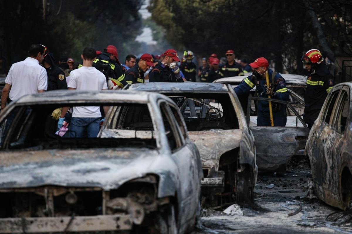 Ο Θανάσης Κ. κάνει πολιτική κριτική στην κυβέρνηση. Σημειώνει ότι στις πυρκαγιές του 2018 το κράτος καταλύθηκε. Αυτό είναι κατ' ουσίαν ο εμπρηστής. Γιατί η κυβέρνηση αποκέντρωσε την πολιτική προστασία, που όφειλε να προστατεύσει τα περιαστικά δάση στις κηπουπόλεις. new deal