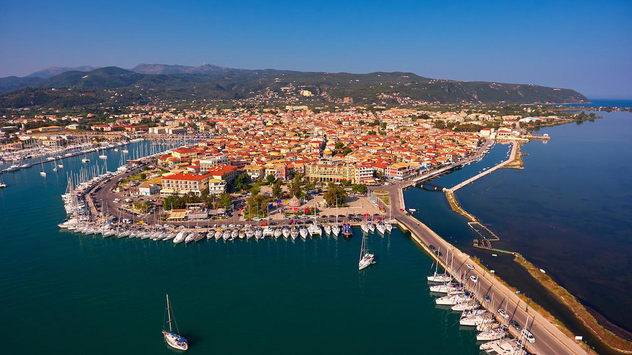 Η Μελίνα Κριτσωτάκη ταξιδεύει στην Λευκάδα. Από το ολιγοήμερο οδοιπορικό της, μας παρουσιάζει μέρη και τοπικά προϊόντα που την καθιστούν το νησί του Ιονίου ως προορισμό τόσο για μαζικό όσο και για εναλλακτικό τουρισμό. new deal