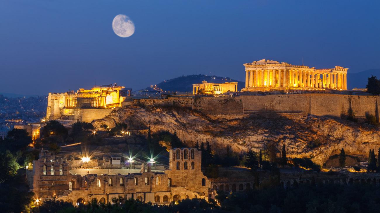 Η Φωτεινή Μαστρογιάννη προειδοποιεί ότι η Αθήνα τείνει να χάσει την ταυτότητα της και να γίνει μια άχρωμη απομίμηση άλλων μεγαλουπόλεων, όπου ελάχιστον από τους γηγενείς της θα μπορούν παραμείνουν, την ίδια στιγμή που προσελκύει είτε εκλεκτούς, είτε μετανάστες. new deal
