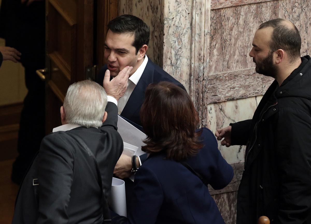 Ο Θανάσης Κ. εξηγεί γιατί ο Τσίπρας έχει χάσει την εμπιστοσύνη όλων. Και στο εξωτερικό και στο εσωτερικό. Και εκεί που η καθαρή έξοδος θα γινόταν φιέστα, πλέον η παραμονή στην εξουσία εγκυμονεί τον κίνδυνο της απόλυτης συντριβής του ΣΥΡΙΖΑ στις επικείμενες εκλογές. new deal