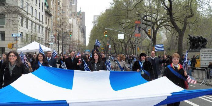 Ο Δημήτρης Ελέας μιλά για την δεύτερη Ελλάδα που υπάρχει στην Αμερική. Ζώντας χρόνια εκεί γνώρισε από κοντά τους Έλληνες μετανάστες που δεν ξέχασαν ποτέ την Ελλάδα. Και που πάντα έξω από τα σπίτια τους άφηναν να κυματίζει η ελληνική σημαία. new deal 5th_avenue_greek_flag-1280x640