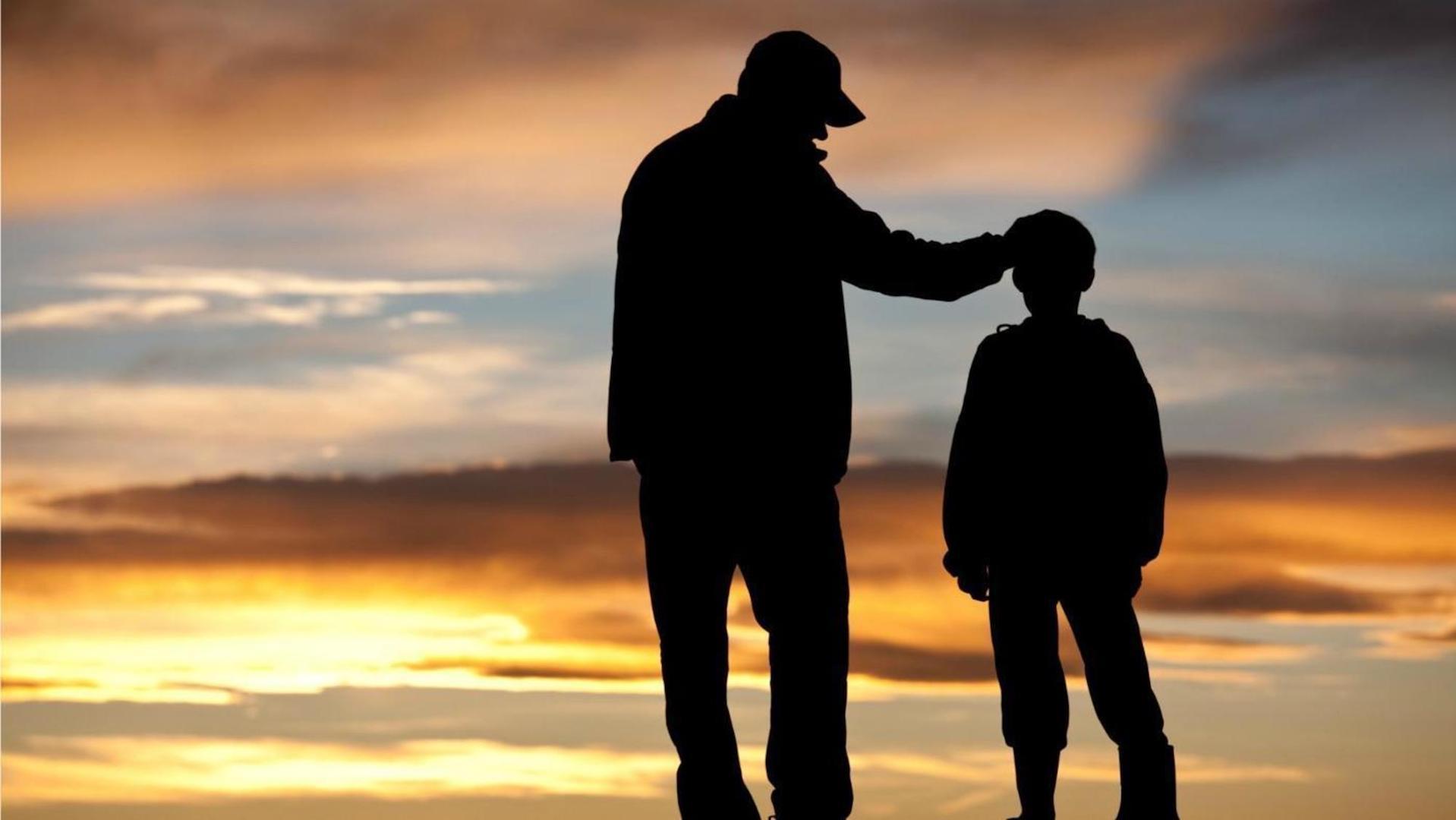 Ο Δημοσθένης Δαββέτας με αφορμή βίαια επεισόδια μαθητών στην Γαλλία βρίσκει την ευκαιρία να αναλύσει την μονογενεϊκή οικογένεια στην Δύση. Και να επισημάνει την ανάγκη ο Πατέρας να μείνει στο Σπίτι. new deal