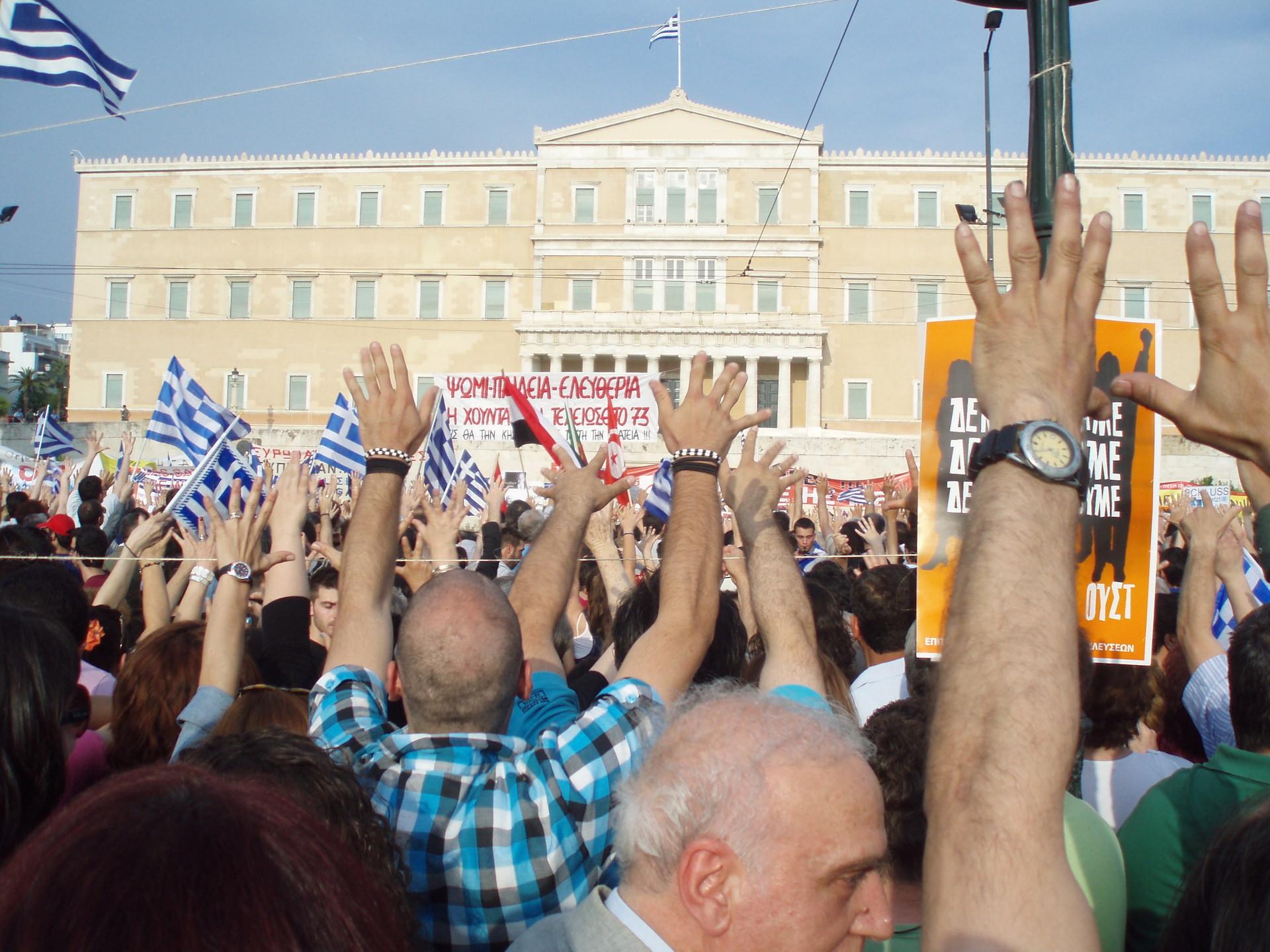 Ο Αντώνης Ζαϊρης βλέπει πως ο εφιάλτης για τους Έλληνες πλησιάζει. Πλεόνασμα, ανάπτυξη, επενδύσεις, είναι ένας μύθος. Η πραγματικότητα λέει πως ήταν λάθος που η κυβέρνηση δεν δέχθηκε πιστωτική γραμμή χρηματοδότησης, επένδυσε στο να βγει η χώρα από τα Μνημόνια και προκρίνει προσλήψεις και αυξήσεις στο Δημόσιο. new deal