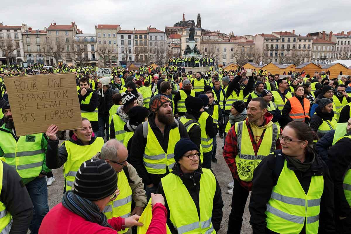 Ο Δημοσθένης Δαββέτας σημειώνει ότι τα κίτρινα γιλέκα παρά την προσπάθεια να καπελωθούν πολιτικά έστειλε το μήνυμα της αλλαγής. Ένα νέο κοινωνικό συμβόλαιο χρειάζεται όχι μόνο για την Γαλλία, αλλά για την Ευρώπη στο σύνολο της. new deal