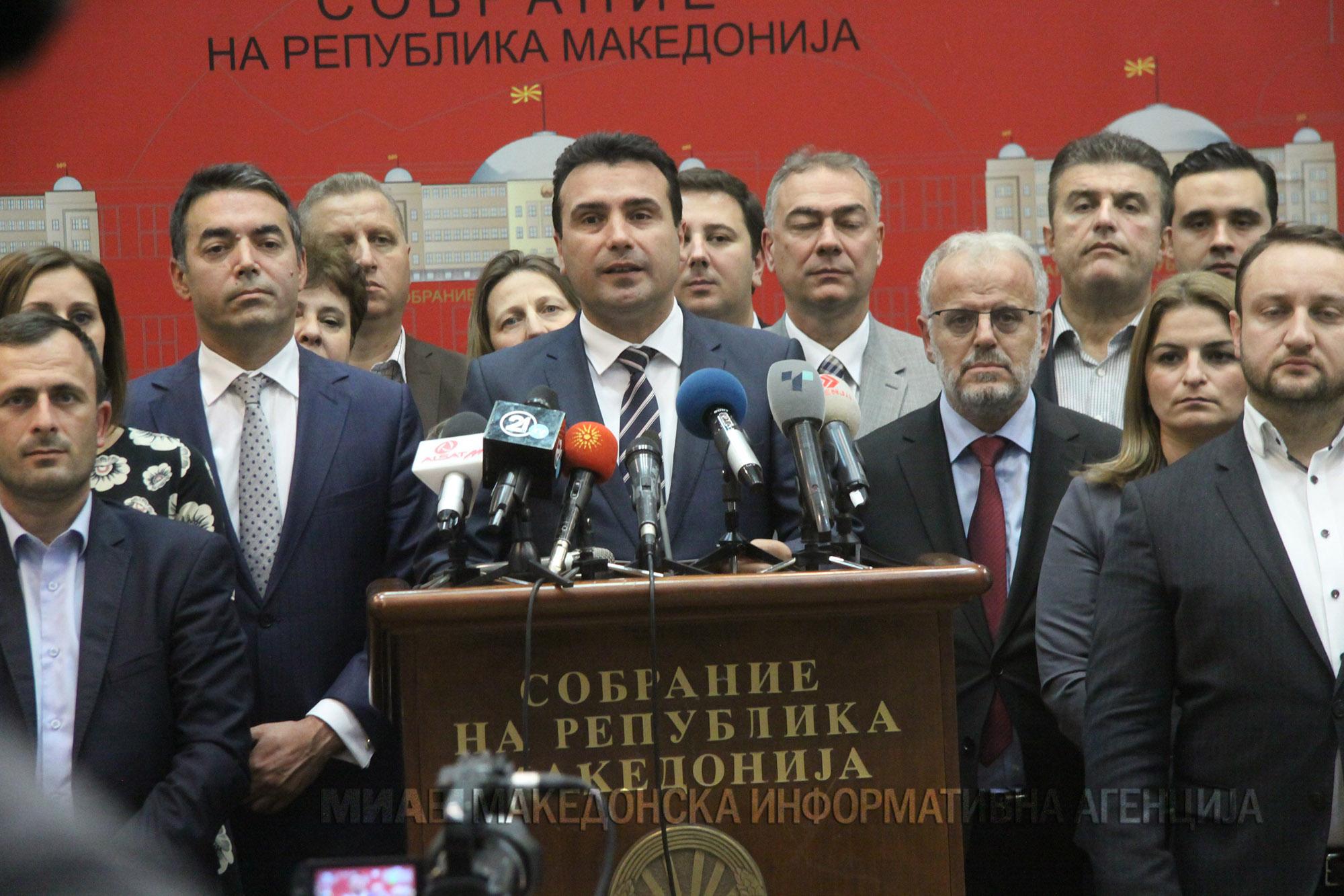 Ο Κώστας Δημ. Χρονόπουλος βλέπει ότι τώρα η κυβέρνηση συνιστά αυτοσυγκράτηση στα Σκόπια. Ενώ όλο το προηγούμενο διάστημα κατηγορούσε όσους αντιδρούσαν στη Συμφωνία Πρεσπών ως Ναζί, Ακροδεξιούς και αρνείται δημοψήφισμα. new deal