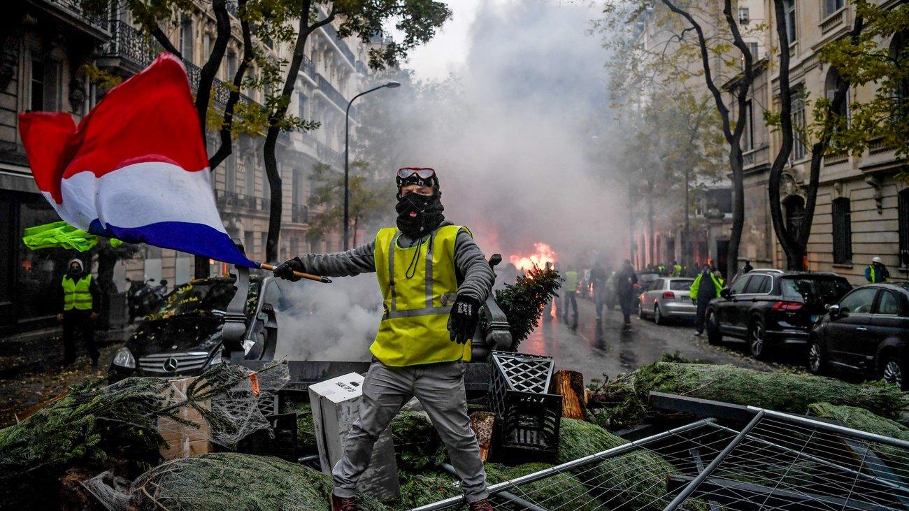 """Εμφύλιος πόλεμος προ των πυλών στην Γαλλία Ο Αθανάσιος Παπανδρόπουλος σημειώνει ότι η άκρα Δεξιά και η άκρα Αριστερά συγκροτούν την αντιδραστική ιδεολογία που θέλει να διαλύσει την Ευρώπη. Ο τρίτος παγκόσμιος πόλεμος ξεκίνησε αποφαίνονται γαλλικές μυστικές υπηρεσίες που εργάζονται ώστε να αποτραπεί εμφύλιος πόλεμος στη Γαλλία. """"Ο τρίτος παγκόσμιος πόλεμος ξεκίνησε με τη Γαλλία και την Ευρώπη γενικότερα θέατρό του για μιαν ακόμη φορά. Ο νέος αυτός πόλεμος είναι μακράς διάρκειας και ασύμμετρος. Θα έχει υψηλό κόστος και όχι πάντοτε αναγνωρίσιμους αντιπάλους…"""" Αυτά μεταξύ άλλων αναφέρονται σε μια ειδική έκθεση των Γαλλικών Υπηρεσιών Εσωτερικής Ασφαλείας. Σε αυτήν τονίζεται ιδιαίτερα και …ο ρόλος του σαλαφισμού-τζιχαντισμού στο σύνολο της γαλλικής κοινωνίας. Αντιδραστική ιδεολογία Όπως επισημαίνει σε δημοσιευμένη έκθεσή του ο ερευνητής Ούγκο Μοσερόν του Εθνικού Κέντρου Ασφάλειας, ειδικός σε θέματα τζιχαντζιστών, οι τελευταίοι αριθμοί προκαλούν ίλιγγο. Οι σαλαφιστές της Γαλλίας, που είναι οι σκληροί μουσουλμάνοι, από 5.000 που υπολογίζονταν το 2004, περνούσαν τους 15.000 το 2010 και εκτιμώνται στους 40.000 με 50.000 σήμερα. Αυτή η αντιδραστική ιδεολογία, τονίζει ο Ούγκο Μοσερόν οργανώνει την αναδίπλωση του ατόμου προς μια πρωτόγονη μυθοποιημένη ταυτότητα. Η οποία δήθεν είναι ικανή να το προστατεύει από τη νεοτερικότητα και τα προβλήματά της. Πρόκειται για μια ιδεολογία ύπουλη, οπισθοδρομική και έντονα συνωμοτική. Μια ιδεολογία που μέσω του διαδικτύου εύκολα προσαρμόζεται σε όλα τα πάθη, με αποτέλεσμα να γίνεται τρόπος ζωής. Οι δε φορείς αυτής της ιδεολογίας που θυματοποιεί το άτομο και το κάνει επιθετικό, άκριτο και κυρίως …αδιάβροχο στη σκέψη, θέλουν υπηκόους απεναντί τους και όχι πολίτες. Η εξέλιξη αυτή, στη σημερινή Γαλλία και όχι μόνον, αποτελεί «φλέβα χρυσού» για τις φαιοκόκκινες ολοκληρωτικές και βίαιες ιδεολογίες. Οι οποίες σήμερα στόχο έχουν να μετατρέψουν τα παραδοσιακά ιδεολογικά ρήγματα σε πραγματικά βάραθρα. Άκρα Δεξιά και άκρα Αριστερά θέλουν τη διάλυση της Ε"""