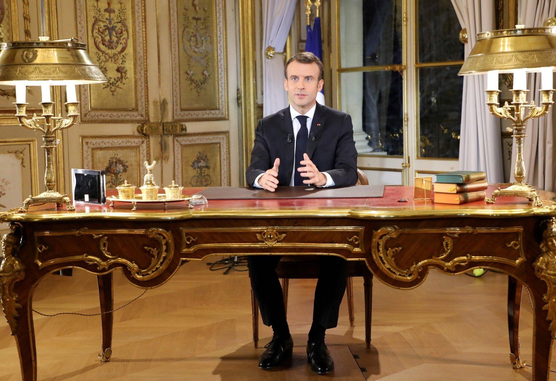 Ο Δημοσθένης Δαββέτας σημειώνει ότι το διάγγελμα Μακρόν σηματοδότησε μια στροφή του Γάλλου Προέδρου. Μια προσπάθεια να κερδίσει τον γαλλικό λαό από τα κίτρινα γιλέκα που συμπληρώθηκαν τώρα και από τα πράσινα γιλέκα. Θα τα καταφέρει. Οι Ευρωεκλογές θα είναι το πρώτο απτό δείγμα. new deal