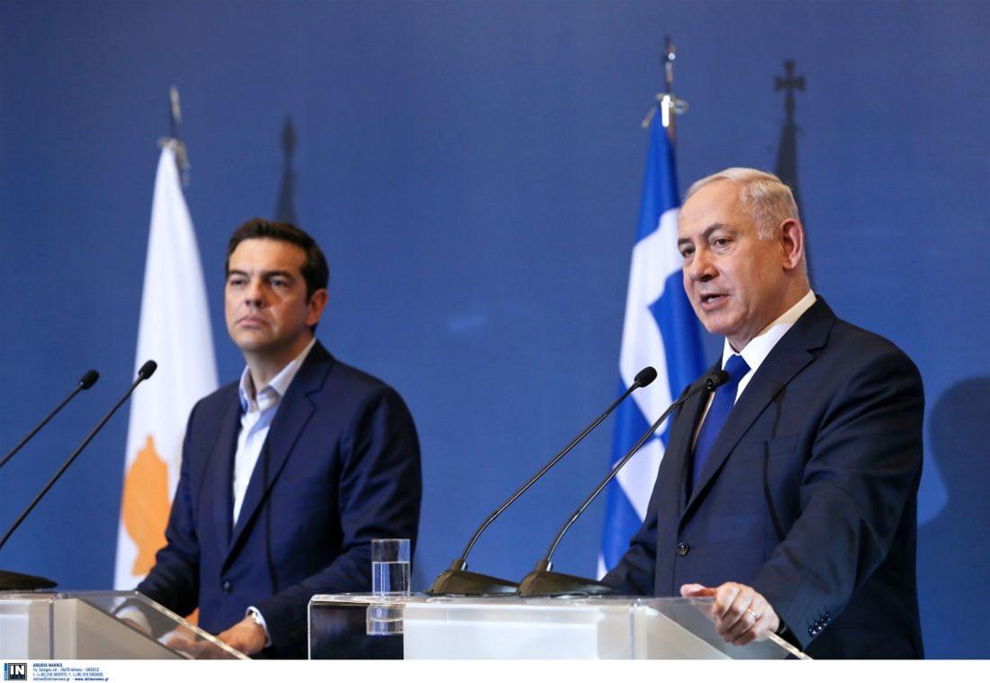 Ο Αθανάσιος Παπανδρόπουλος προσπαθεί να εξηγήσει τους λόγους που ο Αλέξης Τσίπρας έδειχνε εμφανώς βαριεστημένος στη συνάντηση που είχε με τον Βενιαμίν Νετανιάχου. Επισημαίνει πως ο Πρωθυπουργός δεν αναφέρθηκε καθόλου στη στρατιωτική συμφωνία Ελλάδας - Ισραήλ και τους κινδύνους που κρύβει η αδιαφορία του. new deal