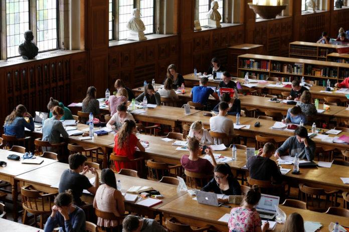 Ο Κώστας Δημ. Χρονόπουλος πως το όχι στα ιδιωτικά πανεπιστήμια είναι υποκριτικό για πολλούς λόγους. Και χρησιμοποιεί ένα απλό επιχείρημα με σημασία. Γιατί λειτουργούν ιδιωτικά σχολεία και όχι ιδιωτικά πανεπιστήμια; new deal