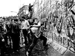 Ο Θανάσης Κ. με αφορμή την επίσκεψη Μέρκελ στην Αθήνα, θυμίζει ότι ουδέποτε οι Γερμανοί αναγνώρισαν την Ανατολική Γερμανία. Δεν ήθελαν να νομιμοποιήσουν το διαμελισμό τους. Αυτό που έκαναν οι Γερμανοί, έκαναν και οι Έλληνες για τα Σκόπια και την ΠΓΔΜ. Μέχρι που ο Τσίπρας υπέγραψε τη συμφωνία Πρεσπών… new deal