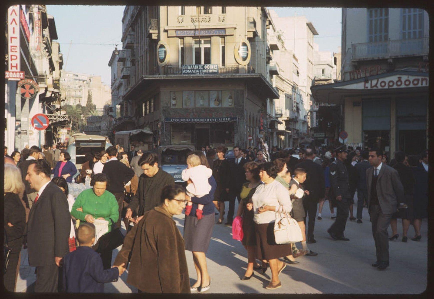 Ο Φάνης Ζουρόπουλος ανατρέχει στην δεκαετία 1960! Τότε που η Ελλάδα γνώρισε την πολιτιστική Άνοιξη της. Τότε που η κοινωνία πίστευε στο μέλλον. Και πως όσα θα ακολουθούσαν θα ήταν προς το καλύτερο. Αυτή η δεκαετία μπορεί να είναι σήμερα, οδηγός για νέο ξεκίνημα. new deal