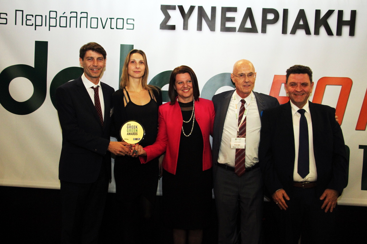 Ο Γιώργος Κρεμλής (2ος εκ δεξιών) στο πλαίσιο της 3ης Διεθνούς Έκθεσης Verde Tec βραβεύει την ομάδα του Συλλογικού Συστήματος ΑΝΑΚΕΜ Α.Ε. Διακρίνονται εξ αριστερών ο Ηλίας Δημητριάδης, Βασιλική Τσαγκαρλή, Άννα Μίχου, Ιωάννης Παπαηλιόπουλος
