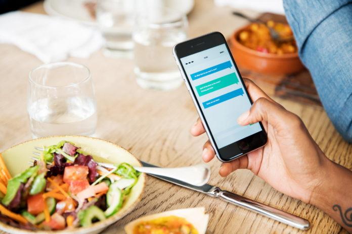 Ο Ηλίας Καραβολιάς φιλοσοφεί την εξάρτηση μας στο Διαδίκτυο. Παρατηρώντας το χέρι που κρατά ένα smartphone αναρωτιέται πως ο καθένας αντιλαμβάνεται την διάσταση του χρόνου και του χώρου όταν αλληλεπιδρά, επικοινωνεί, εργάζεται. new deal