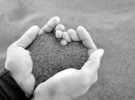 Η Βίκυ Τσίγγα υμνεί την αναγεννητική δύναμη του έρωτα και της αγάπης. Τολμώντας να πει πως μπορεί ο έρωτας και η αγάπη να σε πεθαίνει, πλην όμως σου δίνει μια ευκαιρία να αναγεννηθείς. new deal