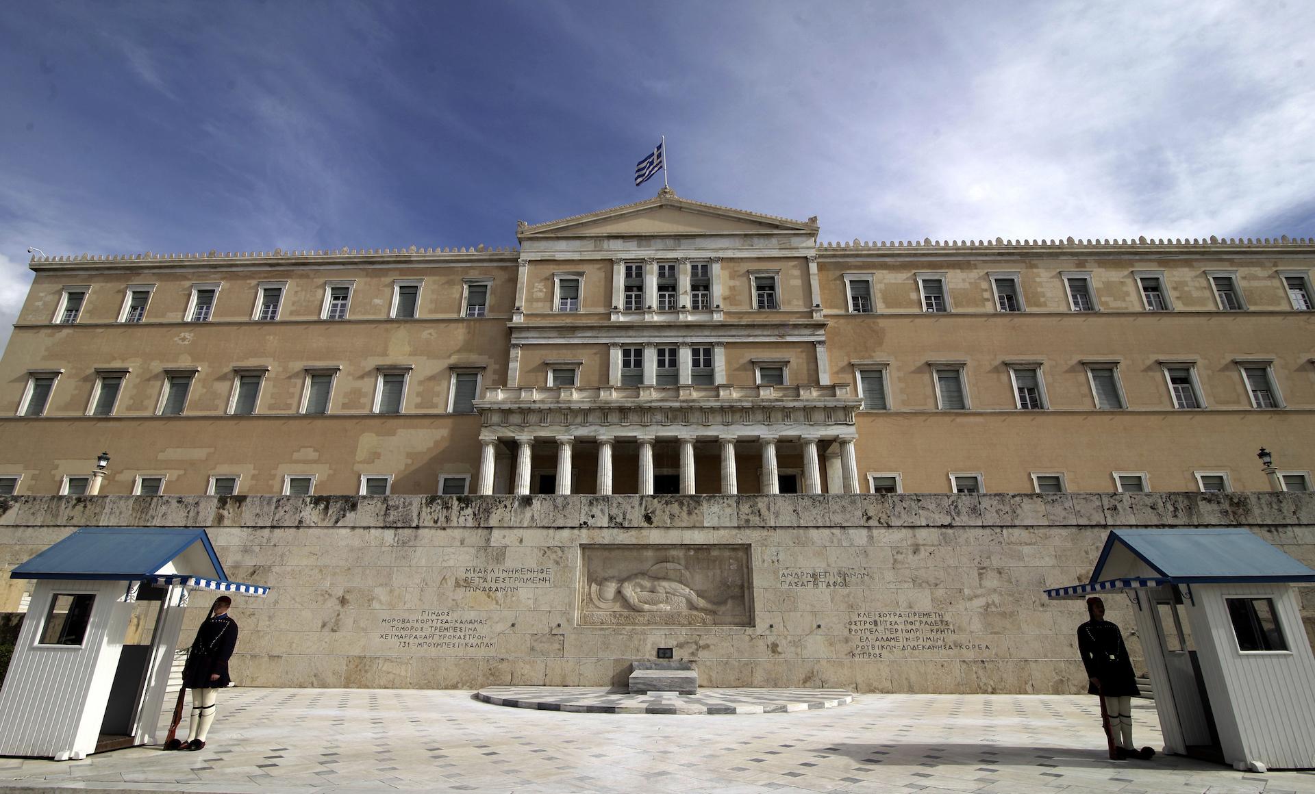 Ο Ιπποκράτης Χατζηαγγελίδης εύχεται η χώρα να περάσει στην Δ' Ελληνική Δημοκρατία χωρίς εθνικές τραγωδίες αυτή τη φορά. Σημειώνει ότι ο κύκλος της μεταπολίτευσης και της Γ Ελληνικής Δημοκρατίας έκλεισε με τα θετικά και αρνητικά της και πλέον χρειάζεται να περάσουμε στο Προεδρικό σύστημα, όπως η Κύπρος. new deal