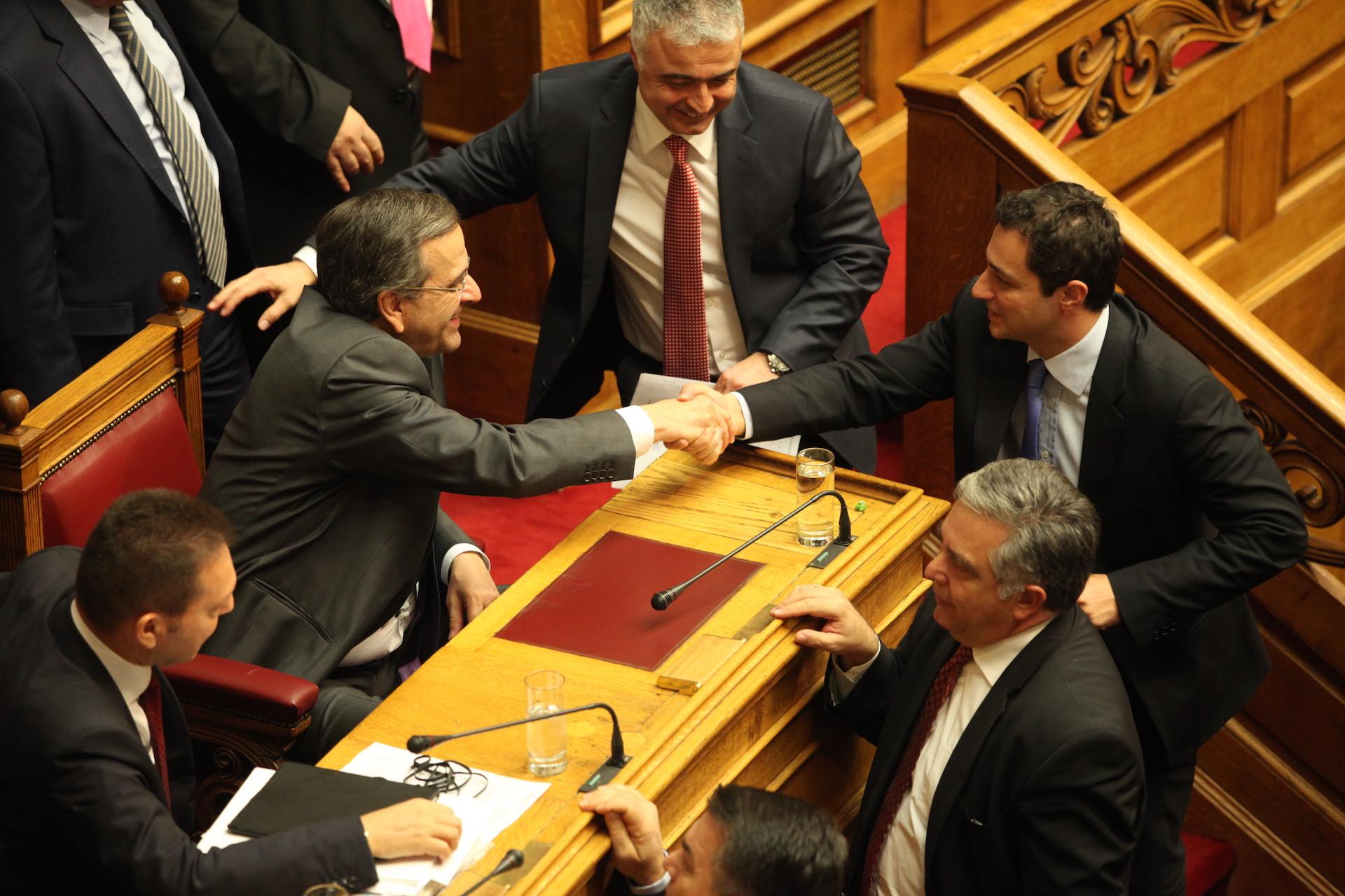 """Ο Παναγιώτης Μαυρίδης παρουσιάζει τον πρωταγωνιστή του σποτ που έγινε viral αυτή την προεκλογική περίοδο. Είναι ο Μάξιμος Σενετάκης, πρώην βουλευτής ΝΔ Ηρακλείου και εκ νέου υποψήφιος, ο οποίος εμφανίζεται σε γιαπί και βάζει τη ...θεία του να μας πει: """"το σταυρό σας στο Μάξιμο"""". new deal"""