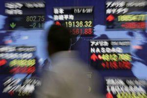 """Η Κέλλυ Κοντογεώργη μας λέει πως οι 500 πλουσιότεροι άνθρωποι στον κόσμο έχασαν συνολικά 139 δισ. δολάρια τη Δευτέρα, όταν οι αγορές """"βυθίστηκαν"""" στο πέλαγος των φόβων τους ότι ο κοροναϊός θα καταφέρει βαρύτατο χτύπημα στην παγκόσμια οικονομία. Κέλλυ Κοντογεώργη new deal"""