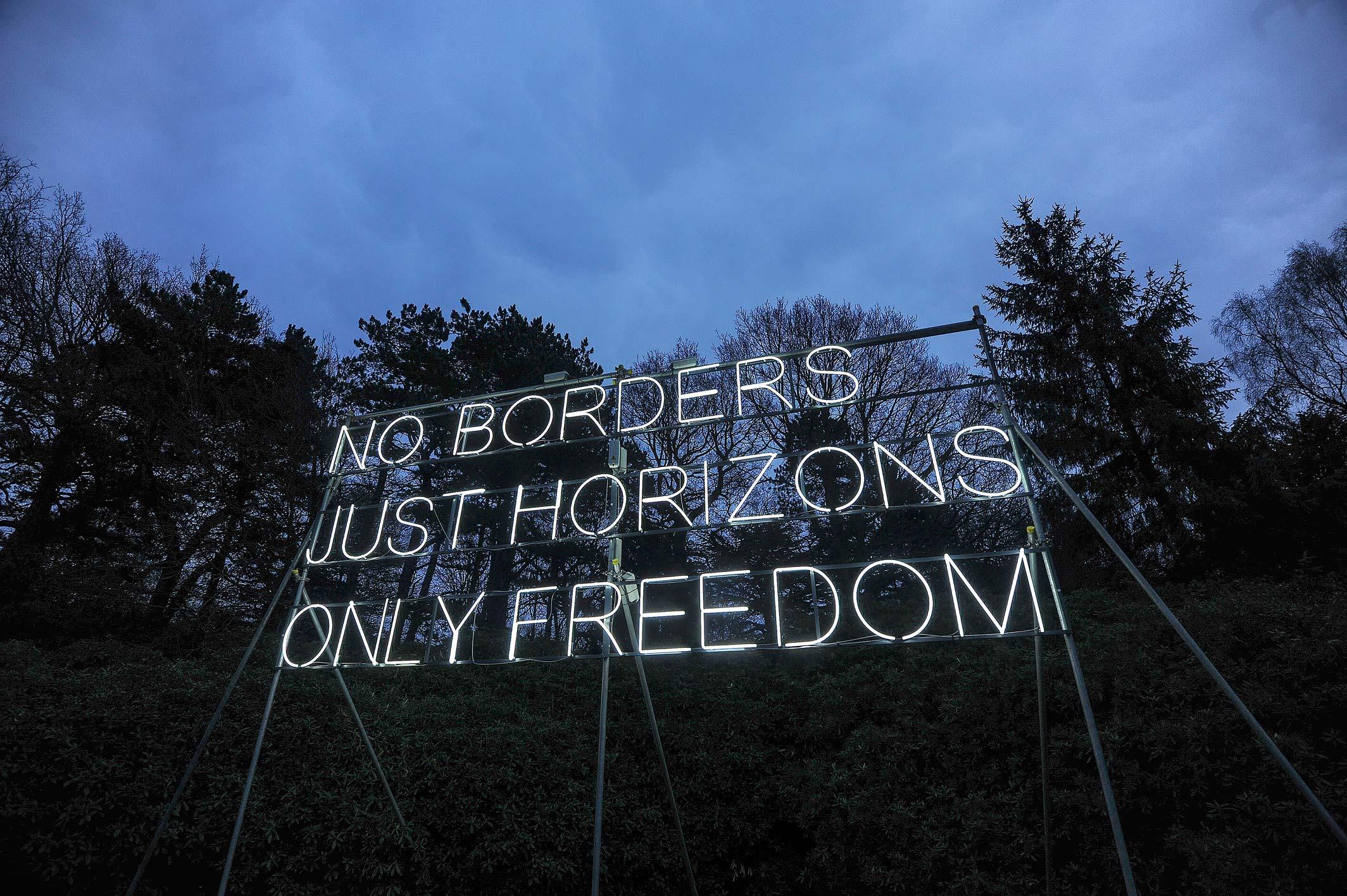 Ο Θανάσης Κ. θεωρεί τρέλα, οι λαθρομετανάστες να κινούνται ελεύθερα στην χώρα, όταν οι νόμιμοι κάτοικοι μένουνε σπίτι και χρειάζονται άδεια μετακίνησης. Και διερωτάται αν την ώρα που η Ευρώπη κλείνει τα σύνορα της σε ευρωπαίους πολίτες, εμείς έχουμε ακόμα ανοικτά σύνορα (no borders) σε λαθρομετανάστες. new deal