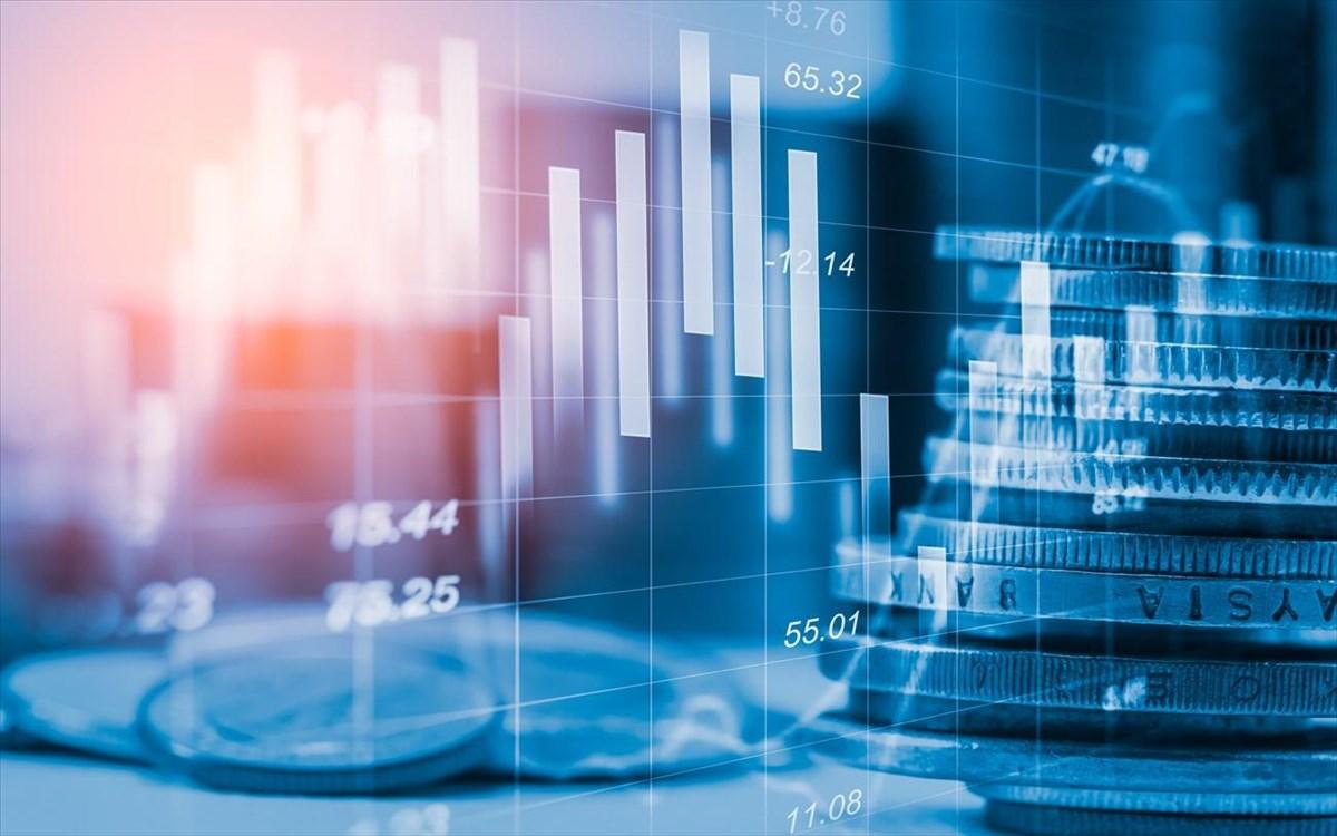 Ο Ηλίας Καραβόλιας εντοπίζει μια μετάλλαξη στο λογισμικό της παγκόσμιας οικονομίας. Από την στιγμή που χρηματοοικονομικά προϊόντα με τα οποία ιδιώτες, επιχειρήσεις, τράπεζες αλλά και κυβερνήσεις, αντισταθμίζουν τον κίνδυνο της ύφεσης, αποσυνδέονται από την παραγωγή, το εμπόριο και την εργασία, ο καπιταλισμός αλλάζει… new deal