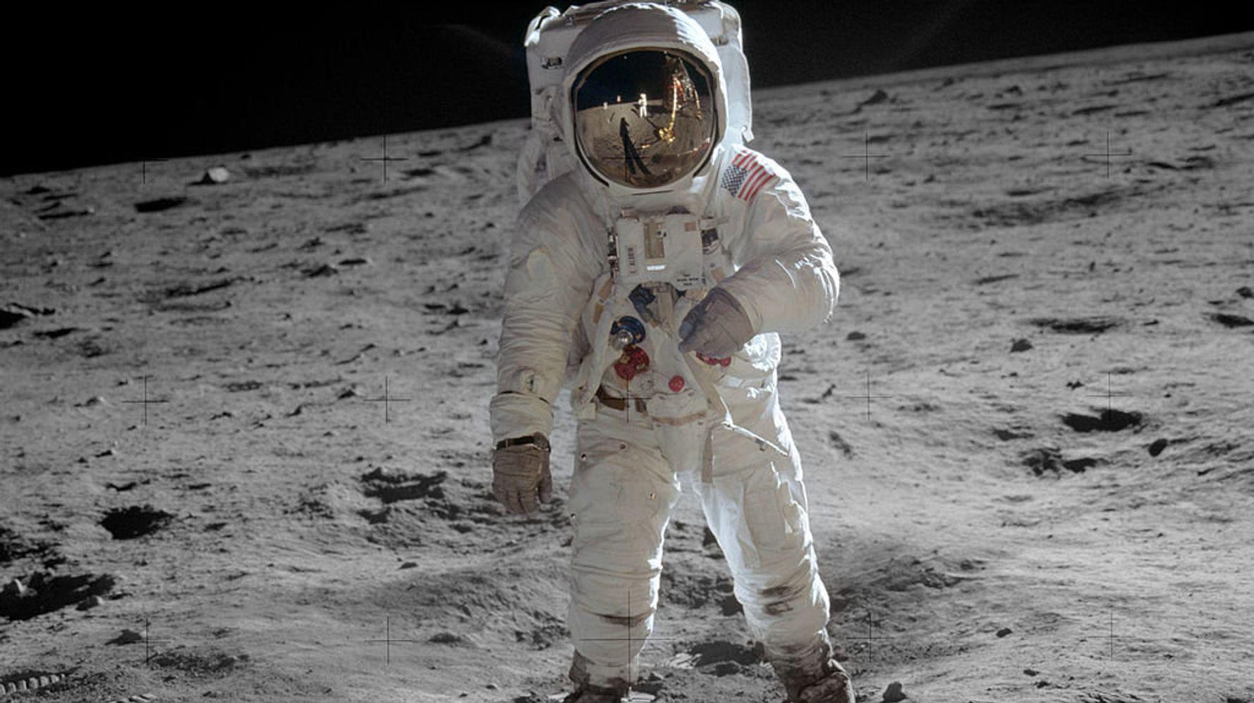 Η Νανά Παλαιτσάκη σκιαγραφεί την σημερινή πραγματικότητα που μας επέβαλε ο κορωνοϊός, ως μια επιστροφή στο παρελθόν. Μια πορεία από το Φεγγάρι όπου πριν από χρόνια πάτησε το πόδι του ο άνθρωπος, πίσω στα μικροσκοπικά σπήλαια που ο καθένας αποκαλεί σπίτι του… new deal