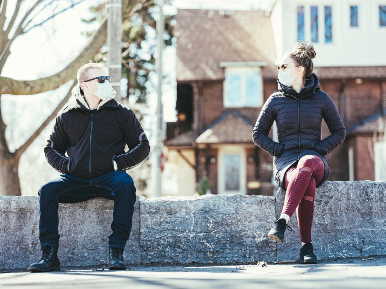 Ο Ηλίας Καραβόλιας αναλύει τον όρο που μπήκε τελευταία και για τα καλά στην ζωή μας. Κοινωνική απόσταση… Η οποία λίαν συντόμως θα διατείθεται και σε εφαρμογή για κινητά. Αν όμως η κοινωνική απόσταση εξυπηρετεί την υγεία, η κοινωνική αποστασιοποίηση τι εξυπηρετεί; new deal