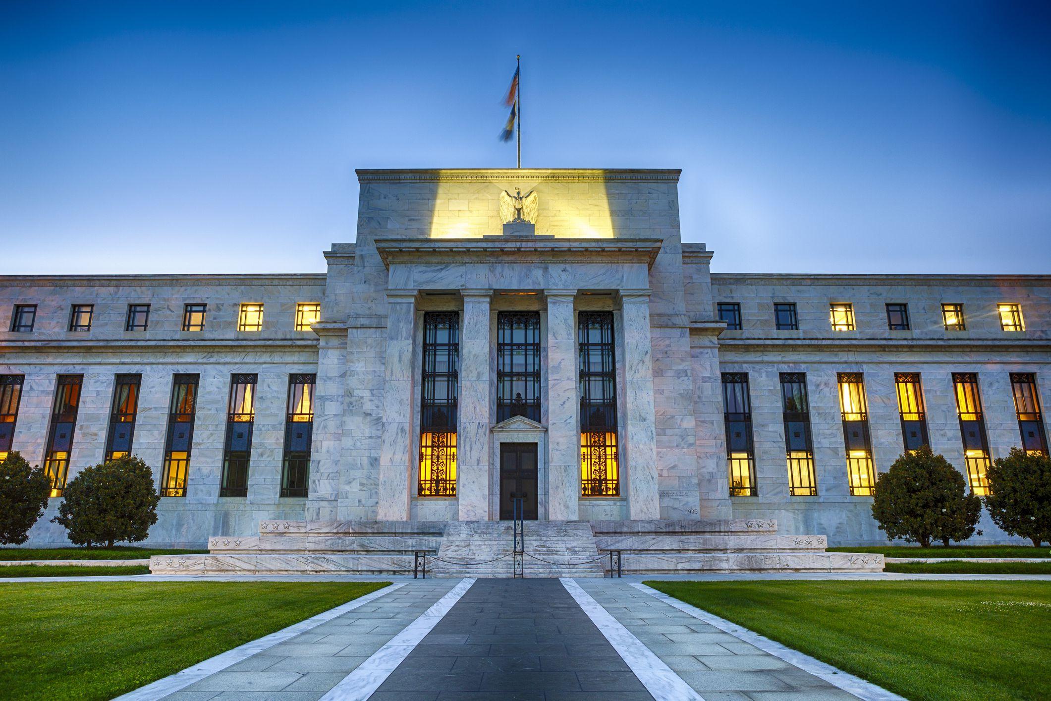 Ο Ηλίας Καραβόλιας σημειώνει ότι η άνευ προηγουμένου παροχή ρευστότητας που φέρνει ο νεοκρατισμός μοιάζει να απέχει από τα παραδοσιακά κευνσιανά εργαλεία οικονομικής πολιτικής. Περισσότερο προσομοιάζει με χρηματοδοτούμενη υπερανάληψη από τις αγορές, οι οποίες φαίνεται ότι προεξοφλούν μελλοντική ζήτηση. new deal