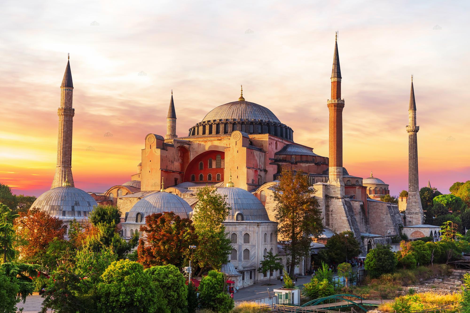 Ο Αθανάσιος Παπανδρόπουλος σημειώνει πως το να μετατρέψει ο Ταγίπ Ερντογάν την Αγιά Σοφιά σε τζαμί συνιστά πράξη με ύψιστη συμβολική σημασία. Αποσκοπεί στο να επιβεβαιώσει τον εξισλαμισμό της χώρας του και την προώθηση του Ισλάμεκτός αυτής. Για παράδειγμα στην Αφρική... new deal